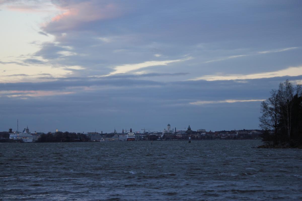 Asutaan Helsingin eteläisimmällä asuinalueella, joten keskustakin näkyy tästä suunnasta