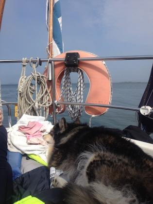 Unna nukkuu päikkäreitä vanhempieni veneessä